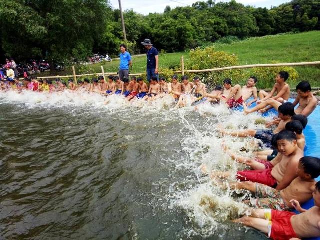 Các em học sinh được học bơi tại một đoạn kênh thủy lợi (Ảnh: TNTG)