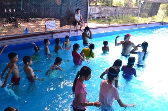 Lớp học tại bể bơi di động (Ảnh: Đăng Đức)