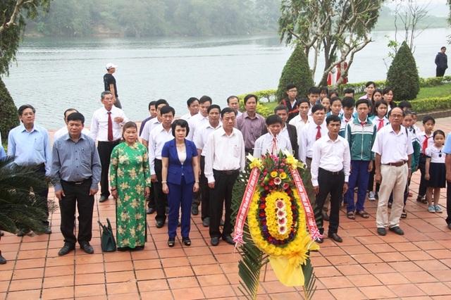 Lãnh đạo tỉnh Quảng Trị, Ban tuyên giáo, Hội Khuyến học và chính quyền huyện Triệu Phong dành phút mặc niệm tưởng nhớ cố Tổng bí thư