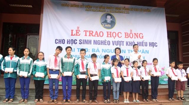 Ông Mai Thức, Phó Chủ tịch UBND tỉnh và bà Hồ Thị Thu Hằng, Trưởng ban Tuyên giáo tỉnh trao học bổng cho các em học sinh