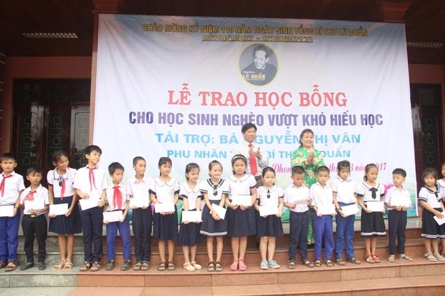 Bà Nguyễn Thị Hồng Vân, Chủ tịch Hội Khuyến học tỉnh và lãnh đạo huyện Triệu Phong trao học bổng động viên các em