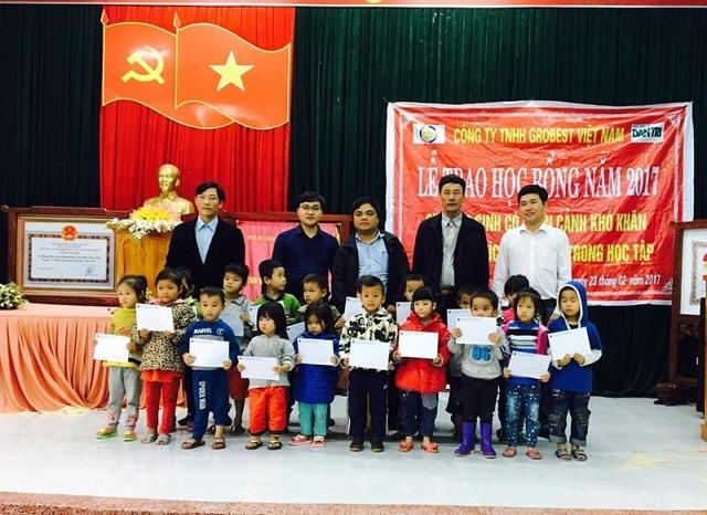 Trao học bổng cho học sinh Trường mầm non Phong Hải...