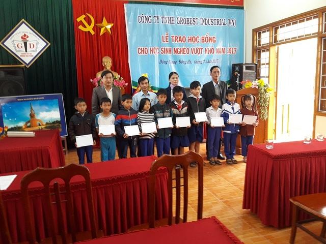 Các em học sinh Trường tiểu học Hoàng Hoa Thám, Đông Giang, Đông Hà, Quảng Trị đón nhận học bổng Grobest