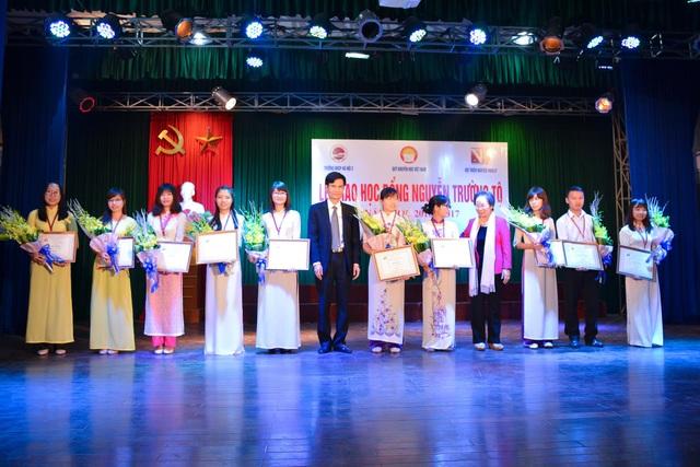 GS.TS Nguyễn Thị Doan và PGS.TS Nguyễn Quang Huy trao học bổng và tặng hoa chúc mừng sinh viên