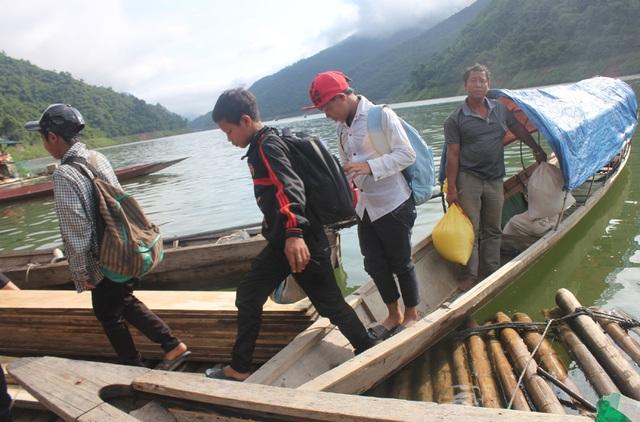 Các em học sinh dân tộc thiểu số vượt lòng hồ thủy điện Bản Vẽ ra trung tâm huyện đi học (ảnh minh họa).