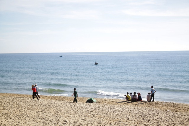 Lực lượng chức năng và gia đình đang nỗ lực tìm kiếm thi thể em Nguyễn Ngọc Húy bị sóng cuốn mất tích.