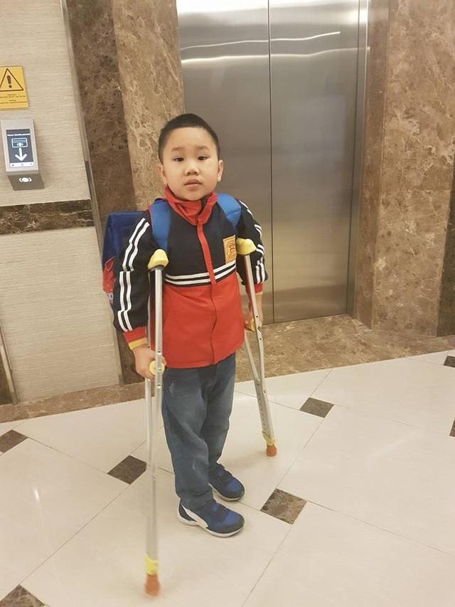 Cháu Kiên rất háo hức trong ngày đầu tiên trở lại trường sau gần 3 tháng chữa trị chân