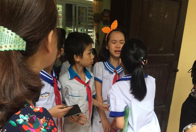 Học sinh bật khóc khi buổi kiểm tra định kì cuối năm môn Toán kết thúc (ảnh Anh Dũng)
