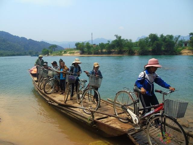 Niềm mong mỏi của người dân và học sinh nơi đây là có được một cây cầu để đi lại thuận tiện và an toàn hơn.