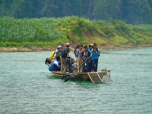 Gần 3 năm nay, học sinh tại thôn Trằm Mé đã có xe đưa đón đến trường, tuy nhiên cảnh phải vượt sông trên những chuyến đò ngang chưa biết bao giờ mới kết thúc