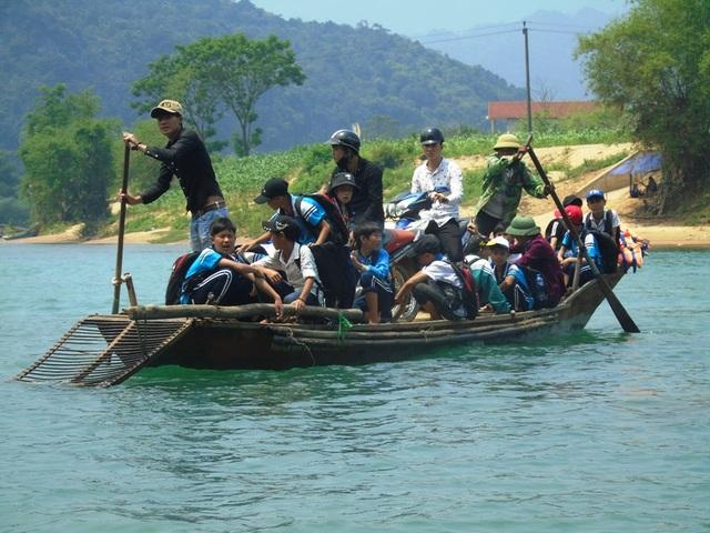 Mỗi ngày, người dân và hàng chục học sinh tại thôn Trằm Mé phải qua sông trên chiếc đò gỗ