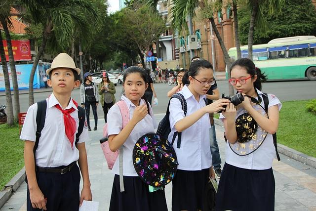 Học sinh trường THCS Trần Văn Ơn (TPHCM) với tiết học thực tế ở trung tâm thành phố