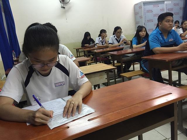 Học sinh tại TPHCM trong ngày làm thủ tục thi THPT quốc gia năm 2017
