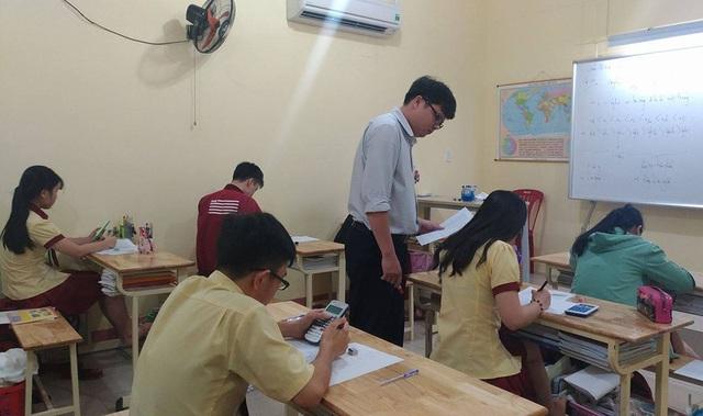 Học sinh lớp 12 trường THPT Thành Nhân học ôn buổi tối