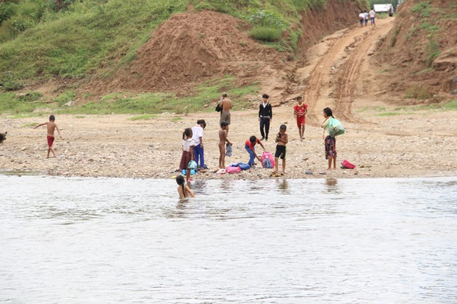 Khó khăn nhất là về mùa mưa lũ, các em buộc phải ở lại nhà người thân vì không thể qua sông