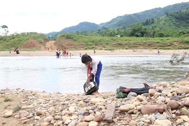 Ngày ngày các em học sinh phải lội qua sông để đến trường học chữ