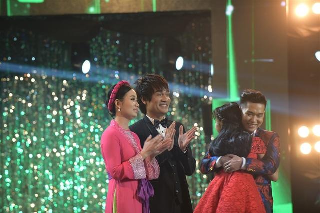 Trên sân khấu, Tùng Chinh - Thiên Vũ không giấu được xúc động, rưng rưng rơi nước mắt.
