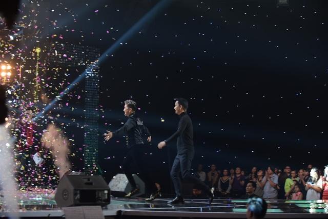 Trong giây phút công bố kết quả, ca sĩ Đàm Vĩnh Hưng và nhạc sĩ Vũ Quốc Việt sung sướng khi nghe tên học trò của mình chiến thắng. Hai nam huấn luyện viên bật dậy khỏi ghế, Mr Đàm hưng phấn cởi bỏ áo khoác, nhảy múa đầy hào hứng.