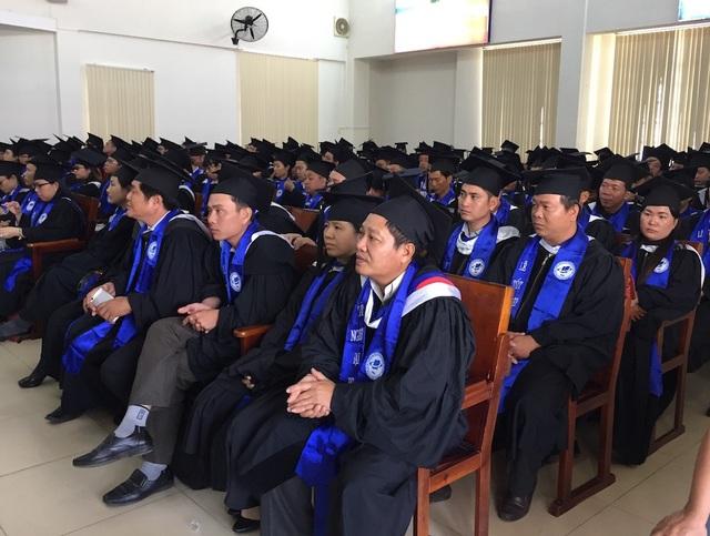 Các học viên trong lễ trao bằng tốt nghiệp hệ đào tạo từ xa và vừa học vừa làm tại trường ĐH Mở TP.HCM sáng nay