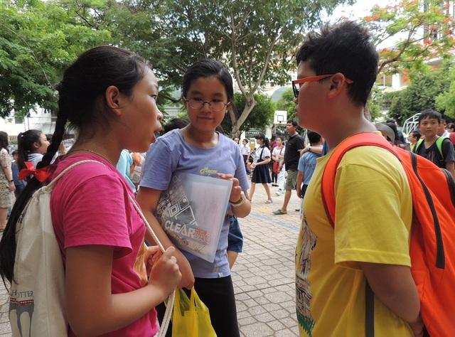 Học sinh trao đổi sau giờ làm bài khảo sát vào lớp 6 Trần Đại Nghĩa, TPHCM