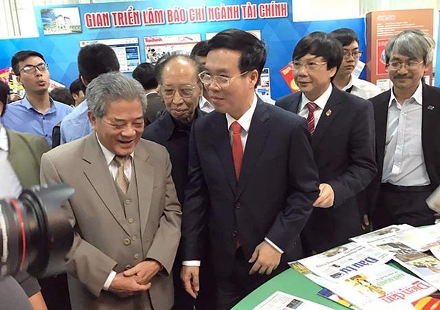 Ông Võ Văn Thưởng - Ủy viên Bộ Chính trị, Trưởng ban Tuyên giáo Trung ương - đi thăm các gian trưng bày báo chí.
