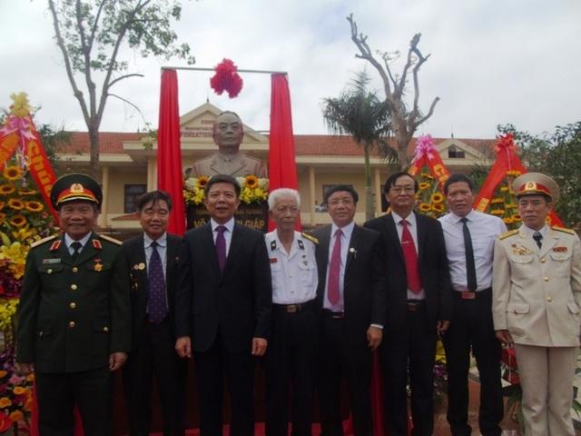 Đại diện Hội đồng hương Quảng Bình tại Hà Nội chụp ảnh kỷ niệm cùng lãnh đạo tỉnh Quảng Bình, Trường THPT chuyên Võ Nguyên Giáp.