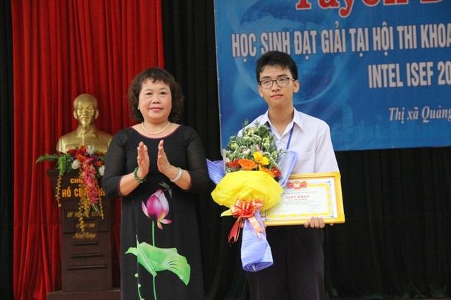 Bà Nguyễn Thị Hồng Vân, Chủ tịch Hội khuyến học tỉnh Quảng Trị cũng tặng giấy khen và phần thưởng cho em Huy