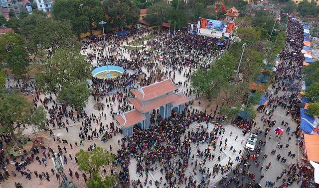 Chính hội, tại khu vực trung tâm đồi Lim, hàng vạn du khách thập phương đổ về đây tham dự lễ hội.