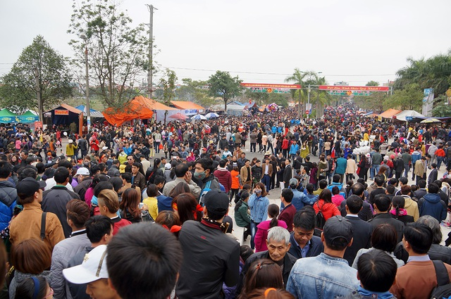 Gần trưa, biển người vẫn chen chân đổ về khu vực trung tâm đồi Lim tham dự lễ hội.