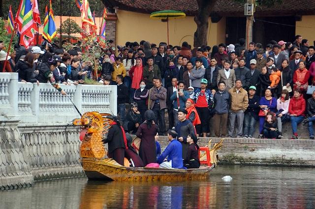 Bên cạnh khu vực trung tâm đồi Lim, các liên anh, liền chị hát quan họ mời trầu trên thuyền rồng trên hồ trước sân đình.