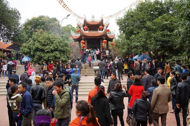 Chùa Hồng Ân (trên đồi Lim) cũng luôn chật ních du khách vào lễ phật.