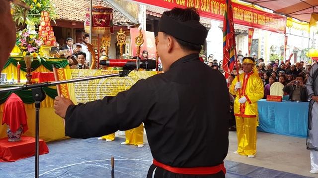 Lời tuyên thệ được một nông dân trong làng đọc vang lên đầy uy nghiêm trong lễ Minh Thề