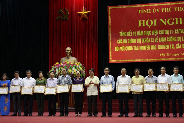 17 tập thể, 16 cá nhân được nhận bằng khen thực hiện xuất sắc chỉ thị 11 - CT/TƯ.