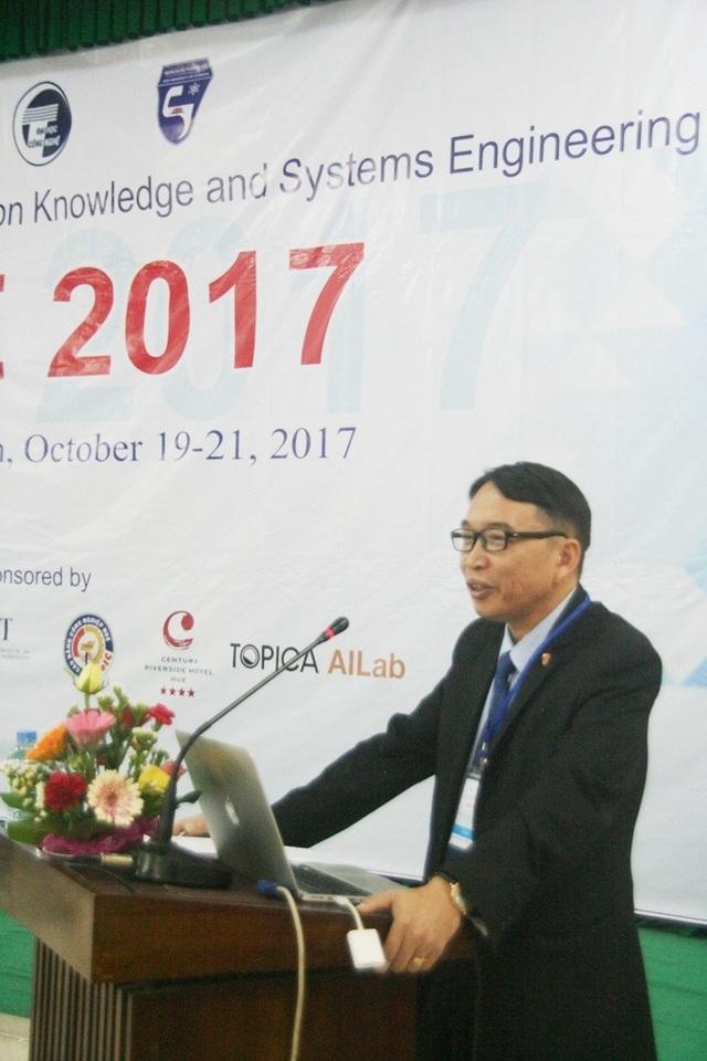 PGS.TS. Nguyễn Quang Linh, Giám đốc Đại học Huế phát biểu bằng tiếng Anh chào mừng khai mạc Hội nghị Quốc tế về Kỹ nghệ Tri thức và Hệ thống lần thứ 9