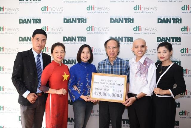 Nhà báo Phạm Huy Hoàn, TBT báo điện tử Dân trí, Giám đốc Quỹ Nhân ái đại diện tiếp nhận số tiền đóng góp của các nhà hảo tâm giúp đỡ người dân vùng lũ.
