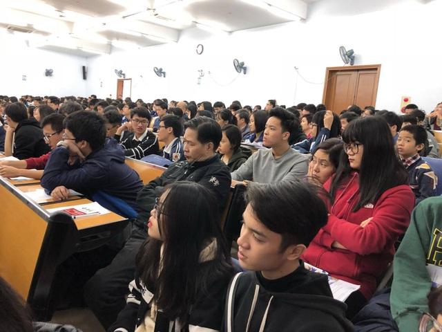 Hàng nghìn học sinh tham dự ngày hội tuyển sinh 2018 của trường ĐH Việt Pháp ngày 10/12.
