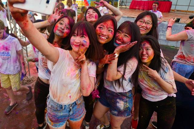"""Bạn trẻ """"quậy thả ga"""" trong lễ hội ném bột màu Ấn Độ - 9"""