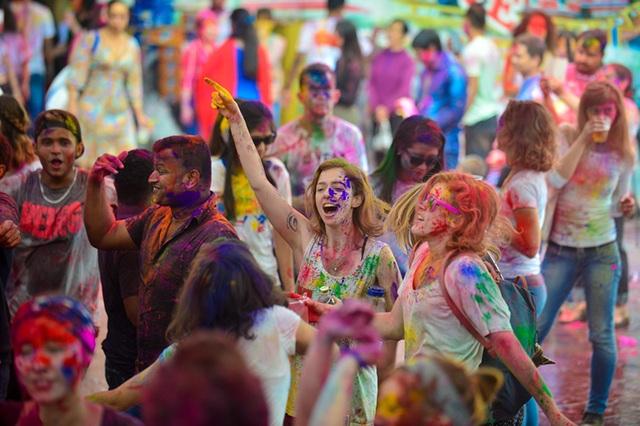Rất nhiều du khách quốc tế cũng tham dự lễ hội đặc sắc này.