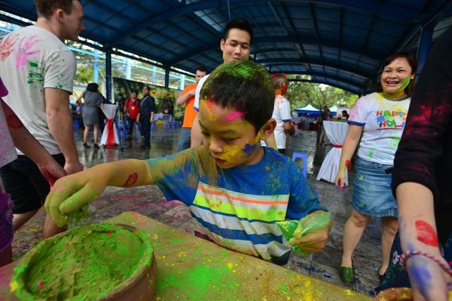 Đây là năm thứ 5 lễ hội Holi diễn ra tại Hà Nội do Hiệp hội Xúc tiến Thương Mại Ấn Độ tổ chức nhằm thúc đẩy tìm hiểu và giao lưu văn hóa Việt - Ấn, cũng như tạo không gian lễ hội truyền thống tới cộng đồng Ấn Độ tại Hà Nội.