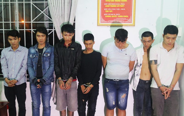 Nhóm thanh niên mang hung khí đi thanh toán bị tạm giữ tại cơ quan điều tra - Ảnh: H.X.