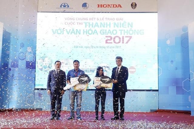 """Phan Văn Thành (Bà Rịa-Vũng Tàu) và Nguyễn Thị Thu Uyên (thành phố Hồ Chí Minh) xuất sắc đạt giải nhất của cuộc thi """"Thanh niên với Văn hóa giao thông"""" năm 2017."""