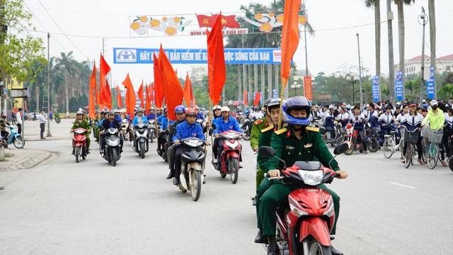 Lực lượng cảnh sát và đoàn viên thanh niên tỉnh Hà Nam tham gia diễu hành qua các tuyến phố để hưởng ứng chiến dịch