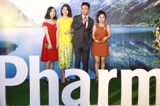Hồng Đăng và Lưu Huyền Trang bị nhiều khán giả bao vây khi xuất hiện.
