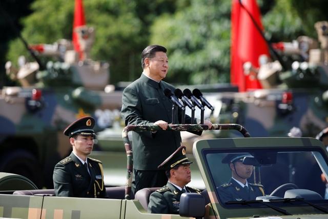 Chủ tịch Trung Quốc Tập Cận Bình hôm nay 30/6 đã tới căn cứ Shek Kong ở Hong Kong để tham gia lễ duyệt binh có quy mô lớn nhất kể từ khi Anh trao trả Hong Kong về Trung Quốc cách đây 20 năm. Ông Tập Cận Bình đã thị sát 20 khối duyệt binh, thuộc các binh chủng hải, lục, không quân và lực lượng đặc nhiệm.