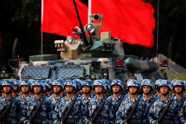 Thị sát lễ duyệt binh là một trong số các hoạt động của ông Tập Cận Bình trong chuyến đi đầu tiên của ông tới Hong Kong từ sau khi nhậm chức Chủ tịch Trung Quốc năm 2013.