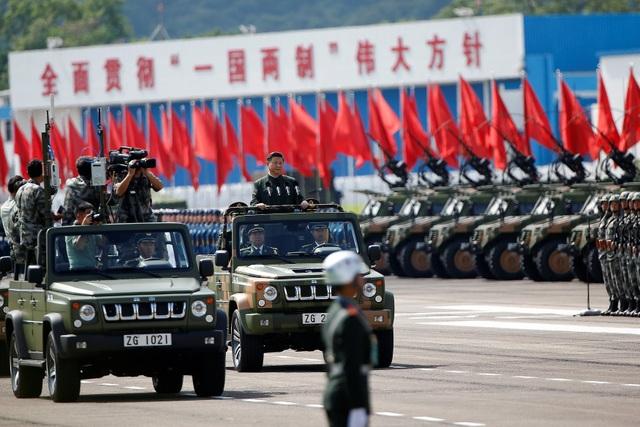 """Hơn 3.000 binh sĩ thuộc Quân Giải phóng Nhân dân Trung Quốc (PLA) tại Hong Kong tham gia lễ duyệt binh đã hô khẩu hiệu """"Chào ngài Chủ tịch""""."""
