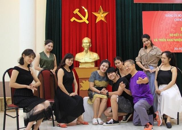 Đạo diễn người Singapore tập vở Hồng lâu mộng với các diễn viên Nhà hát Kịch Việt Nam.