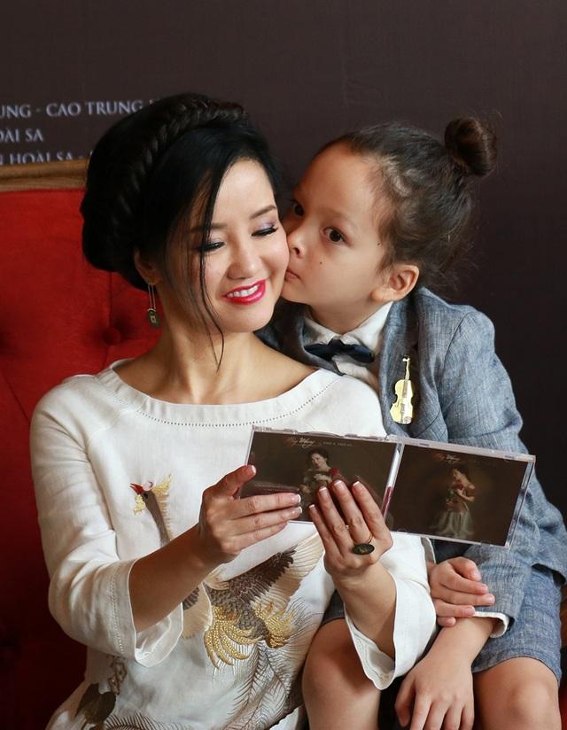 Tôm rất thích thể hiện tình cảm, khi ngồi bên cạnh mẹ liền dành cho mẹ nụ hôn tình cảm