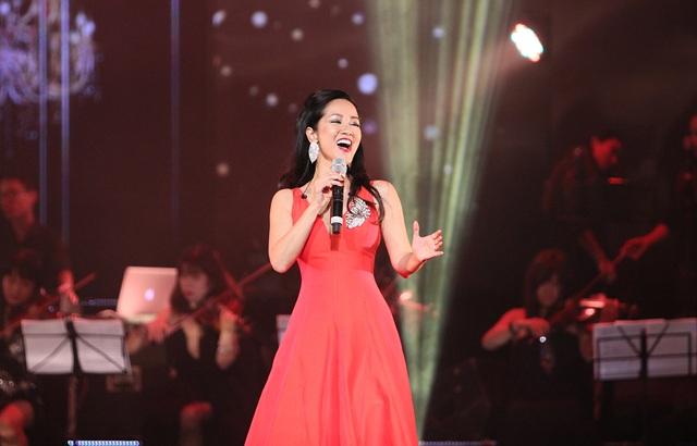 """Các cánh cửa trên sân khấu lần nữa được tách ra giới thiệu ca sĩ Hồng Nhung thể hiện sự hoà nhịp về cảm xúc của một đôi tri kỷ trong âm nhạc qua ca khúc trữ tình lãng mạn """"Vì ta cần nhau""""."""
