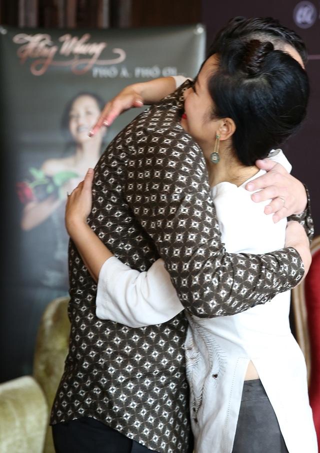 Chồng cũ của Thu Phương dành cho Hồng Nhung cái ôm rất tình cảm